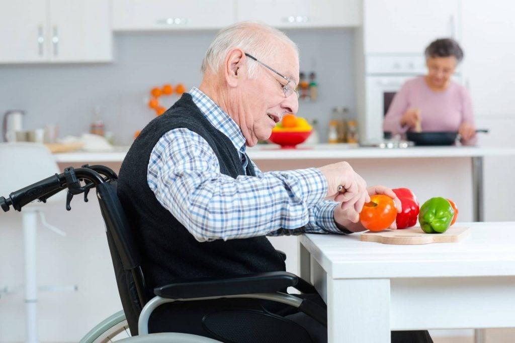 man_in_rolstoel_keuken_hulpmiddelen_thuiszorgwinkel.nl_