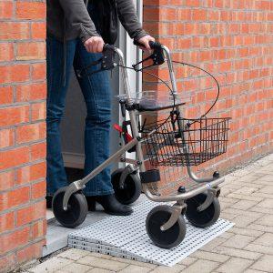 Drempelhulp om eenvoudig over drempels met rollator, rolstoel, scootmobiel etc.