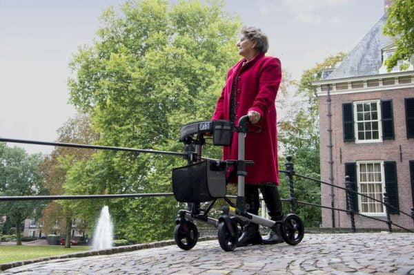 rollator Track 4.0 in de kleur champagne merk Wheezahead voorbeeld vrouw lopend