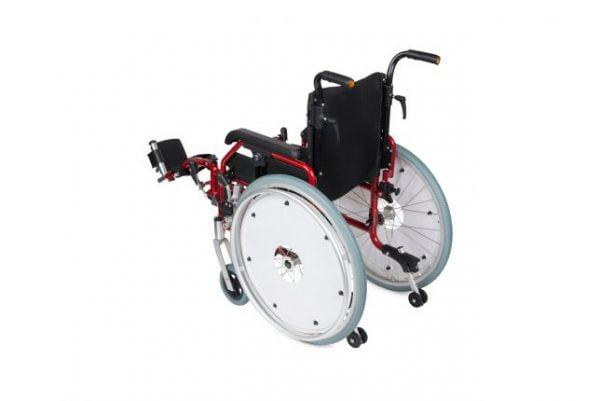 Kinderrolstoel in de kleur rood met comfort beensteunen achterzijde